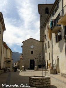 DSCN01349 225x300 La place du village et léglise St Jacques