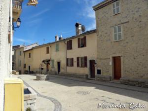 DSCN01368 300x225 La place du village
